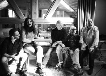Martin Chabloz (Pianist), Sandrina Grab (Singer-Songwriterin), Peter Keiser (Bassist), John Woolloff (Gitarrist), Twins Walter (Drummer).